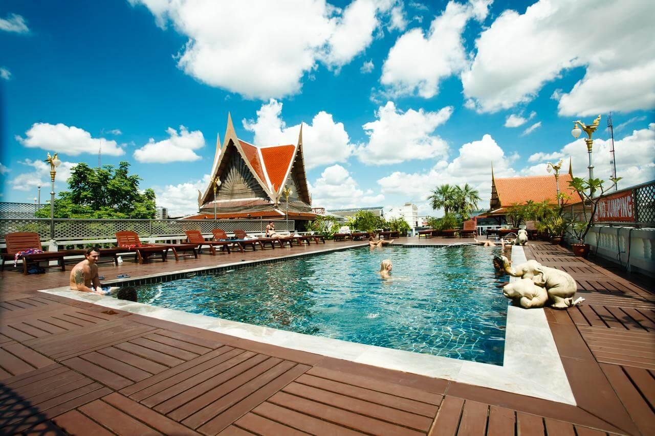 d&d inn hostel bangkok met zwembad op het dak
